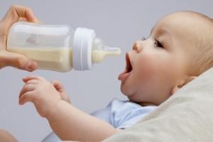 Як годувати дитину сумішами: інструкція