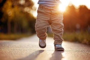 Дитина встає на ноги: як підтримати малюка