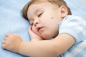 Як захистити малюка від комарів: огляд популярних засобів