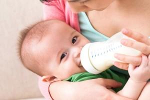 Штучне вигодовування: чи підходить малюкові суміш